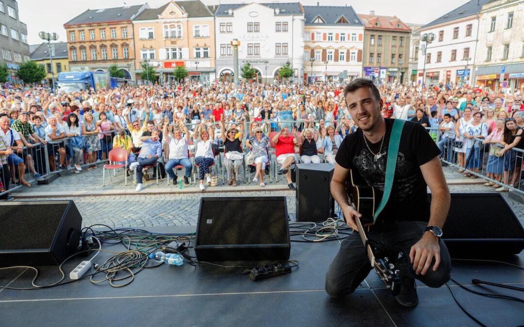Kladeňák Jarda Tauber má první videoklip a plánuje turné s Petrem Jandou